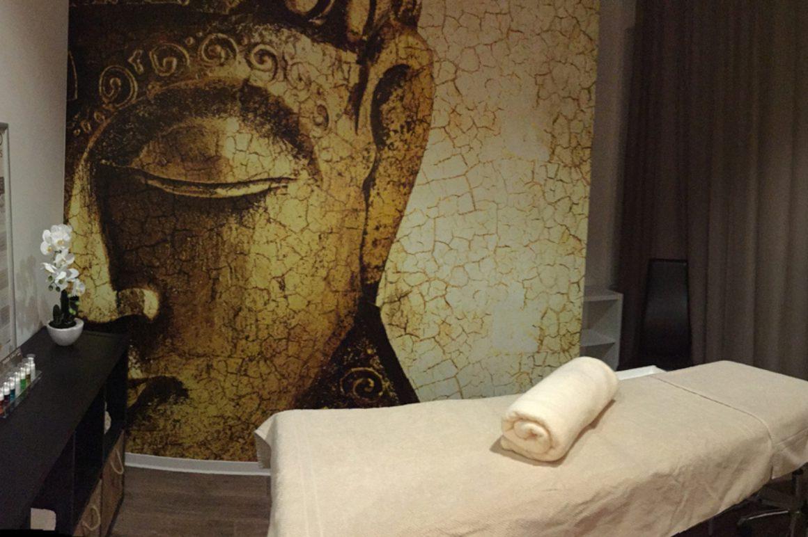 Freundinnen Kosmetik oder Massage in einer Kabine in Stuttgart